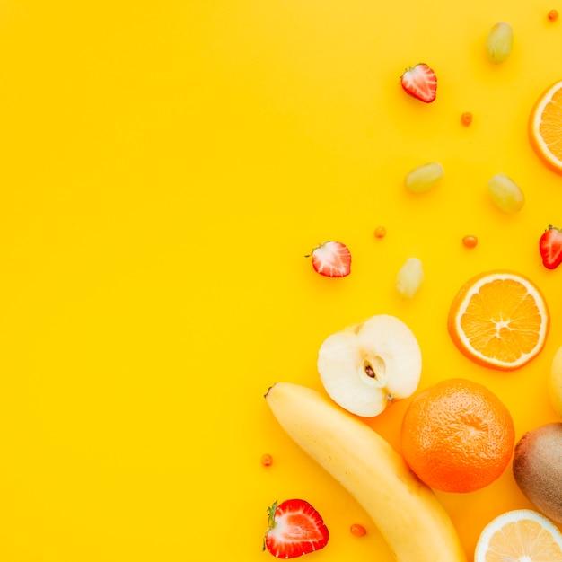 Obstteller auf gelbem hintergrund Kostenlose Fotos