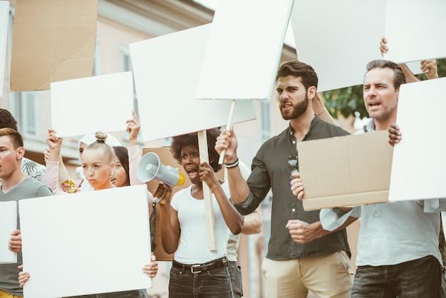 Öffentliche demonstration auf der straße gegen soziale probleme und menschenrechte. gruppe multiethnischer menschen, die öffentlich protestieren Premium Fotos