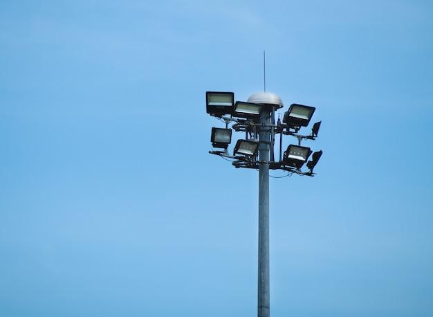 Öffentliche straßenleuchte mit lichtmast gegen einen blauen himmel Premium Fotos