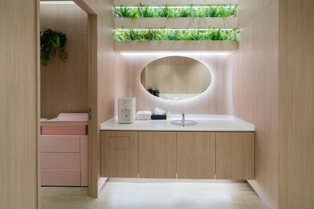 Öffentliche toiletten für mütter und babys in einkaufszentren Premium Fotos