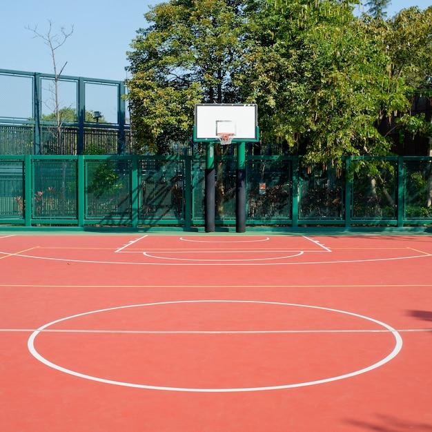 Öffentlicher basketballplatz im freien Premium Fotos