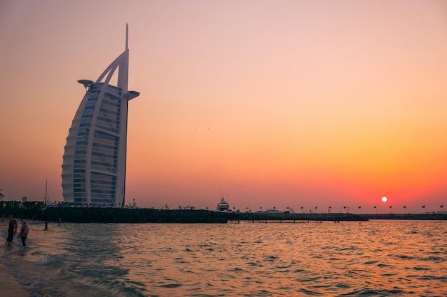 Öffentlicher strand in jumeirah, dubai Premium Fotos