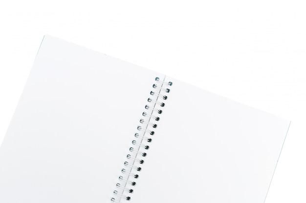 Öffnen sie das leere notizbuch, das auf weißem hintergrund lokalisiert wird Premium Fotos