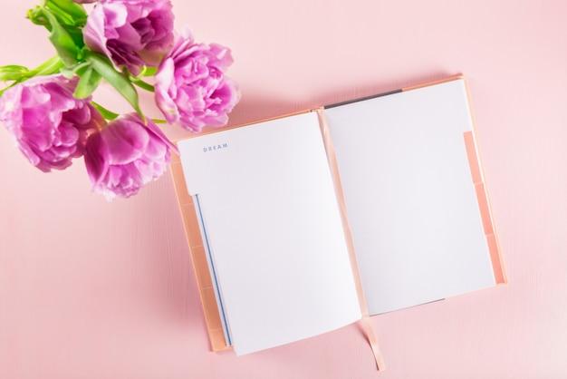 Öffnen sie das notizbuch, um träume und ideen mit blumen in der nähe zu schreiben Premium Fotos