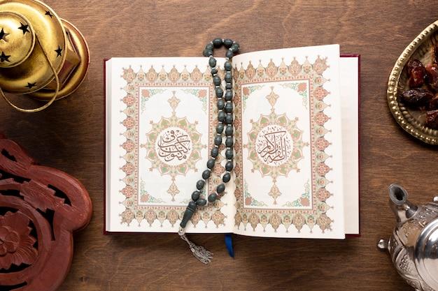 Öffnen sie den koran mit tasbih draufsicht Kostenlose Fotos