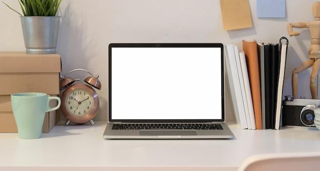 Öffnen sie laptop an kreativem fotografarbeitsplatz Premium Fotos