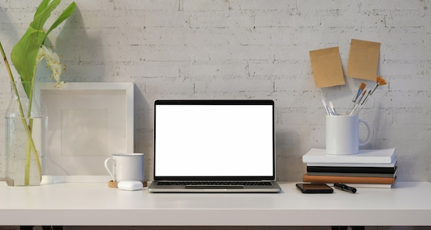 Öffnen sie laptop des leeren bildschirms mit bürozubehör Premium Fotos