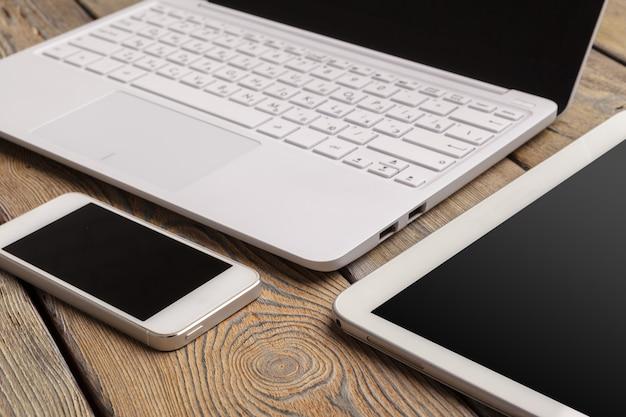 Öffnen sie laptop mit digitaler tablette und weißem smartphone Premium Fotos