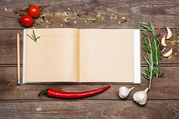 Öffnen sie leeres rezeptbuch auf braunem hölzernem hintergrund Kostenlose Fotos