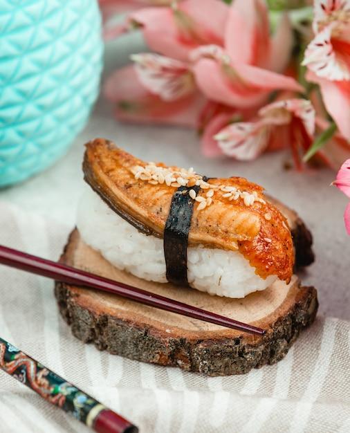 Öffnen sie sushi mit fisch und reis Kostenlose Fotos