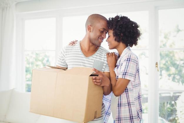 Öffnungskästen des glücklichen paars im wohnzimmer Premium Fotos