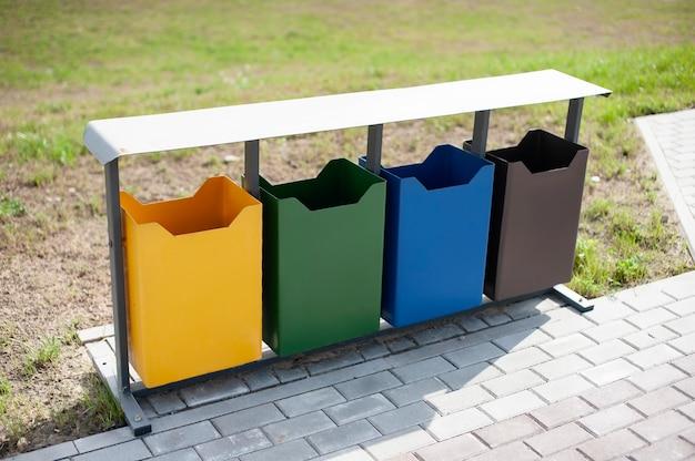 Ökologische mülleimer in verschiedenen farben im freiluftpark Premium Fotos