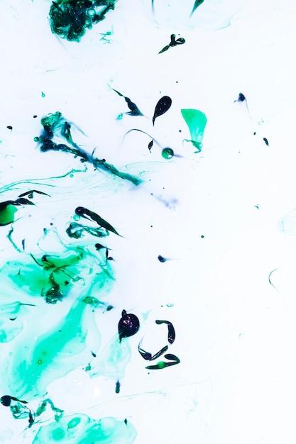 Öl tropft auf die wasseroberfläche Kostenlose Fotos