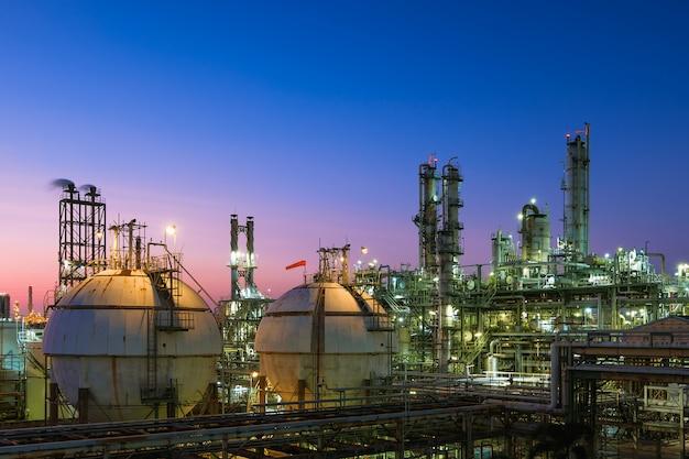 Öl- und gasraffinerieanlage oder petrochemische industrie auf himmel sonnenuntergang hintergrund, gasspeicherkugeltank und destillationsturm in erdölindustrie Premium Fotos