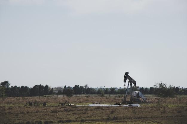 Ölbohrer in einem leeren feld Premium Fotos