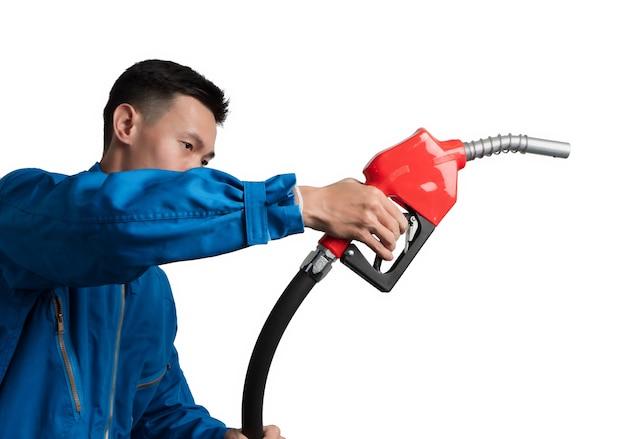 Ölingenieurmann, der heizöl-düse für öl-system gasohol 91 hält. Premium Fotos