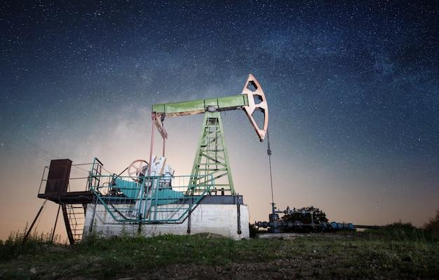 Ölpumpe auf dem ölfeld in der nacht Premium Fotos