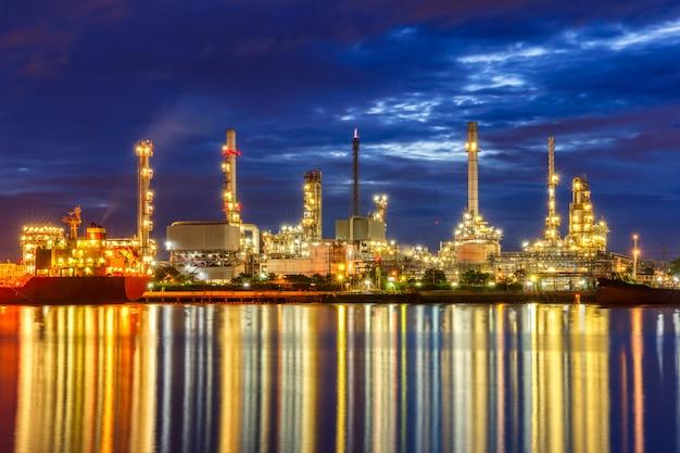 Ölraffinerie entlang des flusses in der abenddämmerung (bangkok, thailand) Premium Fotos