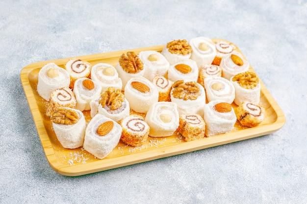 Östliche süßigkeiten. türkischer genuss, lokum mit nüssen, draufsicht. Kostenlose Fotos