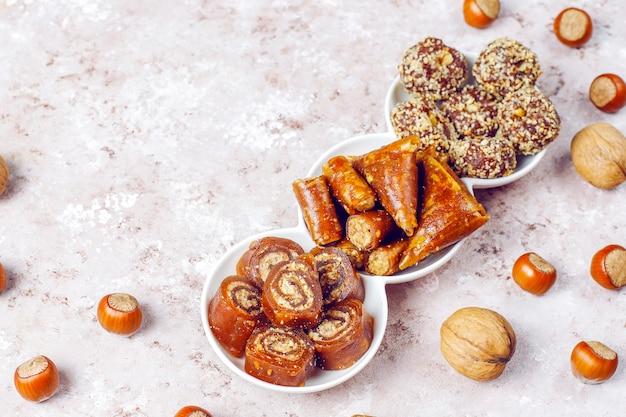 Östliche süßigkeiten, verschiedene traditionelle türkische köstlichkeiten mit nüssen. Kostenlose Fotos