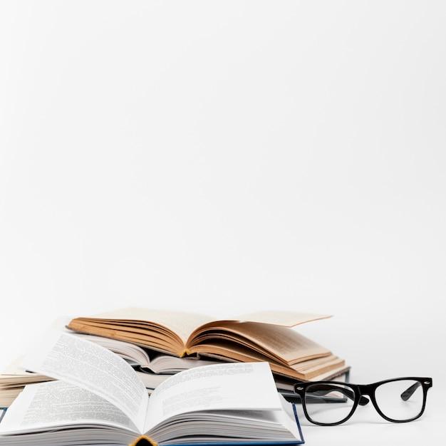 Offene bücher der vorderansicht mit gläsern Premium Fotos