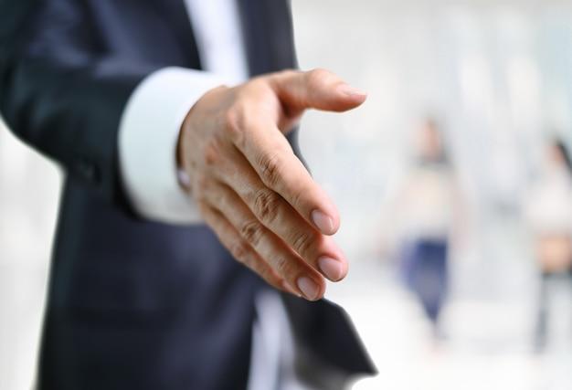 Offene hand des geschäftsmannes bereit, ein abkommen zu besiegeln, der partner, der hände rüttelt Premium Fotos