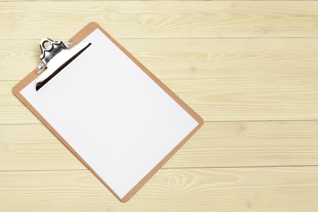 Offener papierabschluß des notizblockes oben auf holztisch Premium Fotos