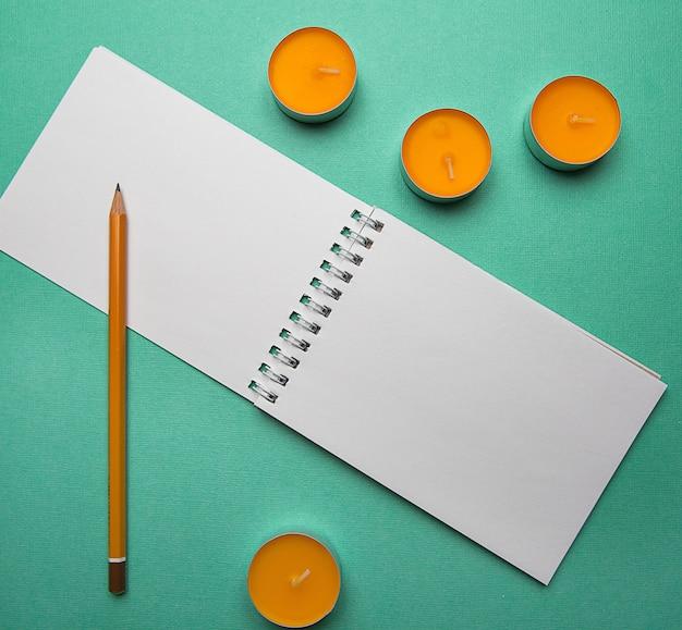 Offenes notizbuch der draufsicht der abstrakten zusammensetzung der fotoebene lage und lsit-papier Premium Fotos