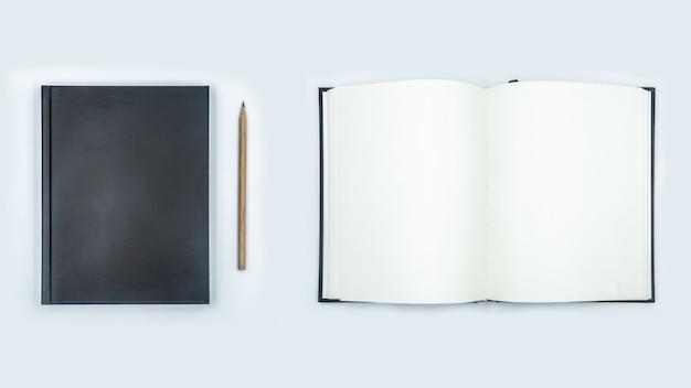 Offenes und geschlossenes notizbuch mit leeren seiten auf weißem hintergrund Premium Fotos
