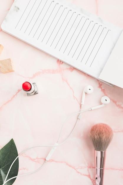 Office-desktop mit einem lippenstift Kostenlose Fotos