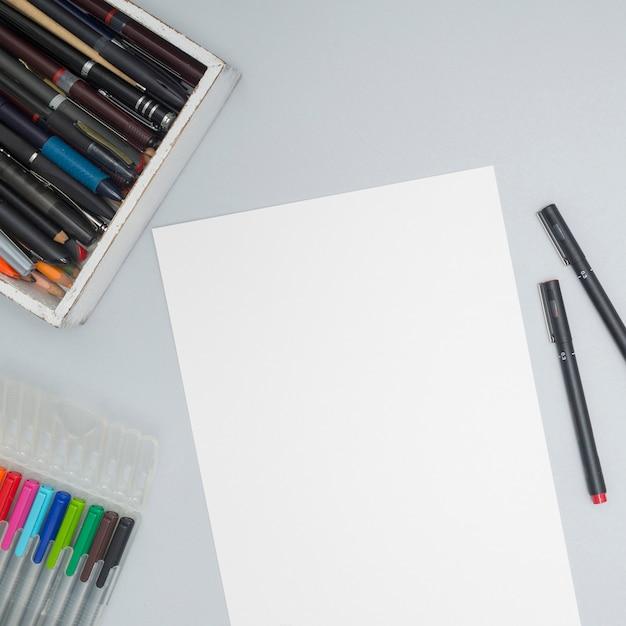 Office-desktop mit zeichenmaterialien Kostenlose Fotos