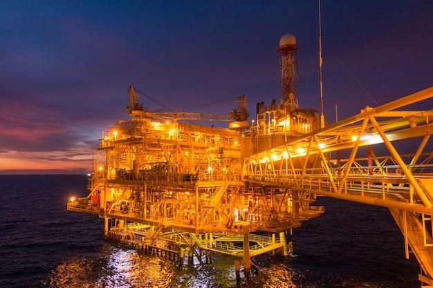 Offshore-öl- und gasplattformplattform mit schöner sonnenuntergangzeit Premium Fotos
