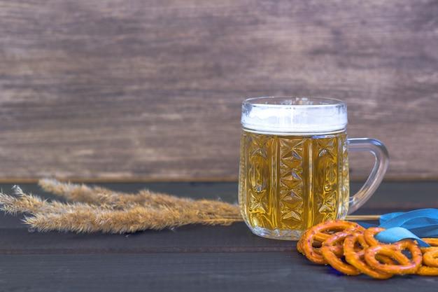 Oktoberfest. bierkrug mit snacks von salzpritzeln, bretzel Premium Fotos