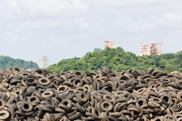 Old tyres haufen Premium Fotos