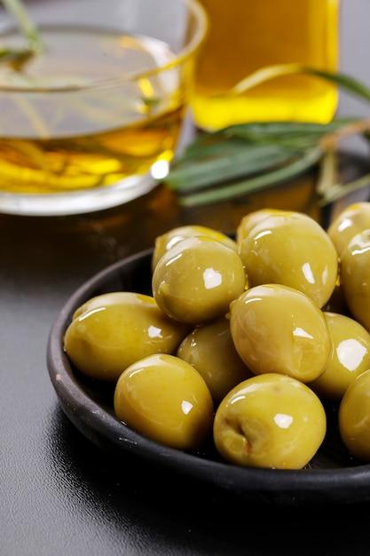 Oliven auf einem teller Kostenlose Fotos