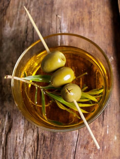 Oliven in einem teller mit olivenöl Kostenlose Fotos