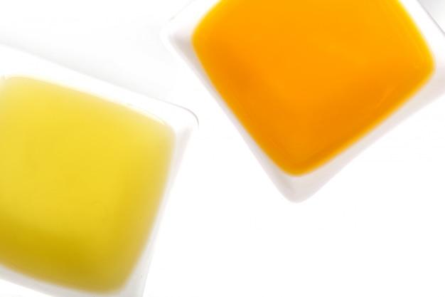 Olivenöl in der schüssel Kostenlose Fotos