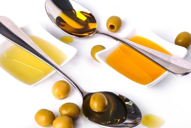 Olivenöl in schüssel und löffel Kostenlose Fotos