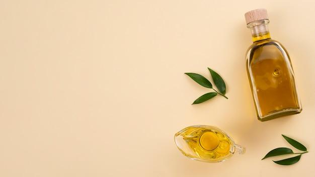 Olivenöl mit blättern und kopieraum Kostenlose Fotos