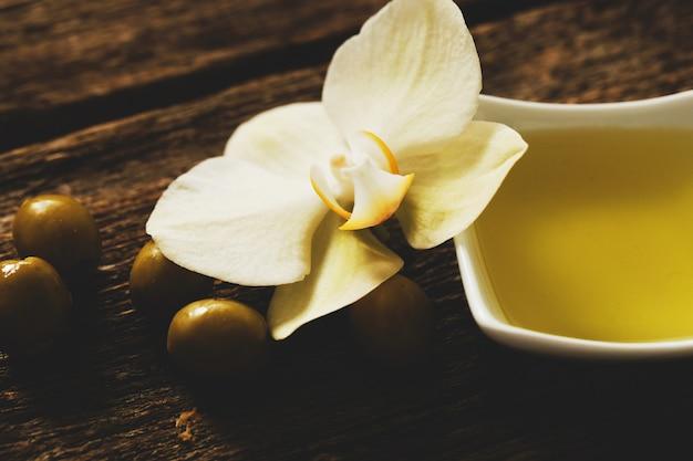 Olivenöl mit blumen Kostenlose Fotos