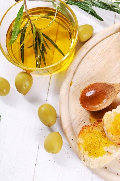 Olivenöl mit brot und löffel Kostenlose Fotos