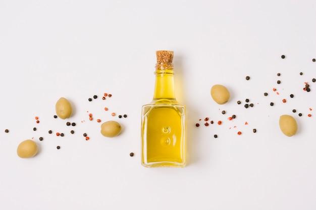 Olivenöl mit draufsicht der oliven und der gewürze Kostenlose Fotos