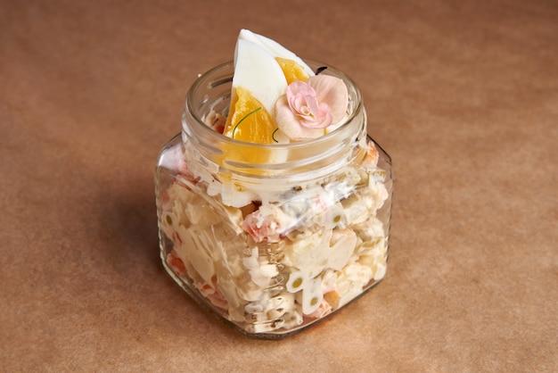 Olivier salat, russischer salat in der glasdose serviert Premium Fotos