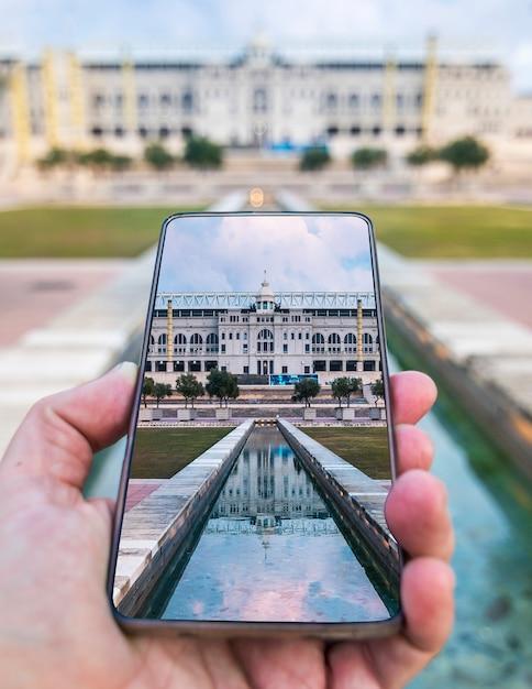 Olympiastadion auf smartphone-bildschirm Premium Fotos