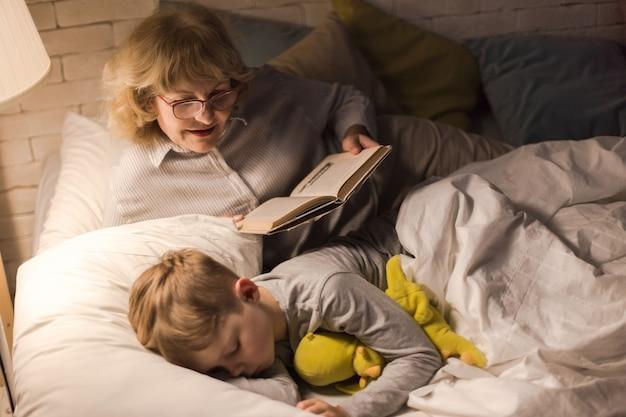 Oma liest dem kleinen jungen vor Premium Fotos