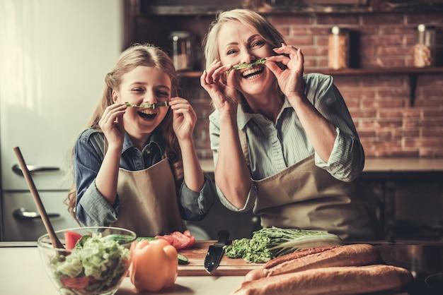 Oma und enkelin machen schnurrbart. Premium Fotos