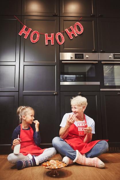 Oma und süßes mädchen essen hausgemachte kekse Kostenlose Fotos