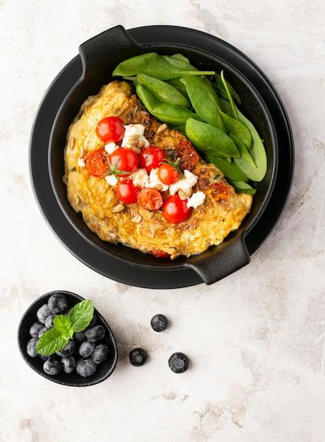 Omelett mit käse und tomaten auf teller Kostenlose Fotos