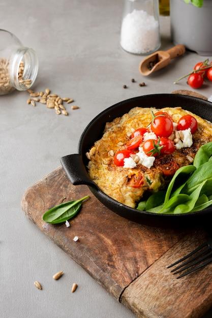 Omelett mit käse und tomaten hohe ansicht Kostenlose Fotos