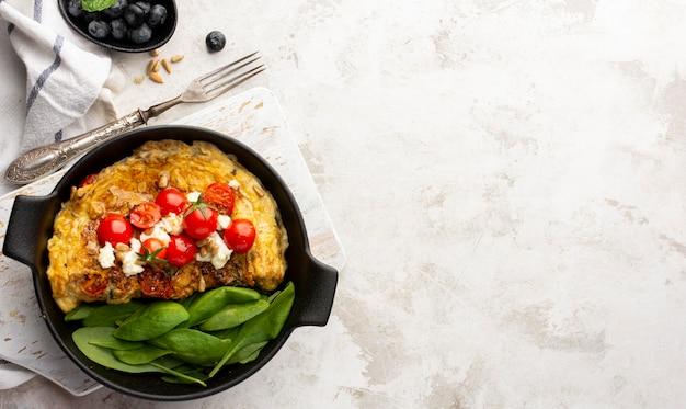 Omelett mit käse und tomaten marmor kopienraum Kostenlose Fotos